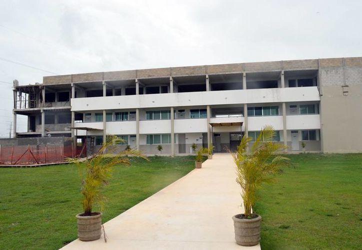 La Universidad Modelo incrementa sus espacios educativos. Se construyen nuevos laboratorios. (Milenio Novedades)
