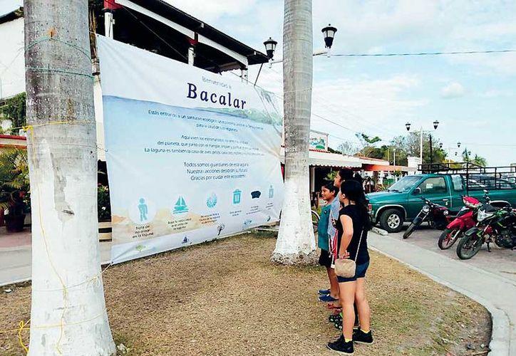 """Los integrantes de la asociación Línea Verde Punto Azul colocaron tres lonas en el primer cuadro de la ciudad, Canal de los Piratas y balneario """"Ecológico""""."""