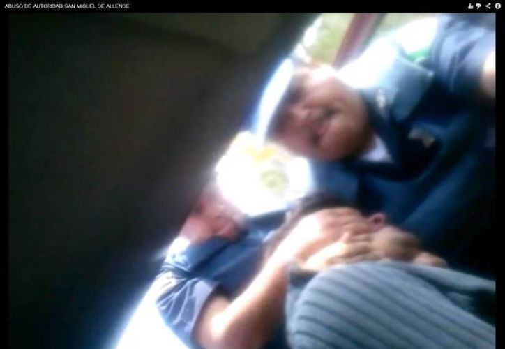 Los policías casi ahorcan a uno de los jóvenes para bajarlo del vehículo. (Captura de pantalla)