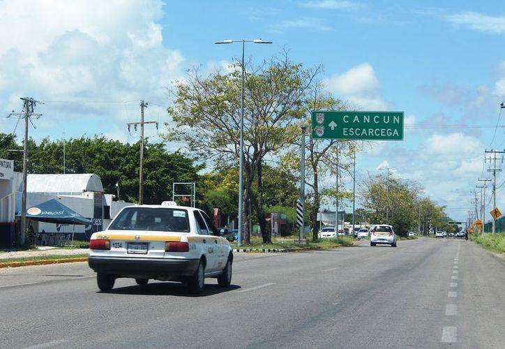 Con inversión pública y privada de busca un mejoramiento del tramo carretero Bacalar-Tulum. (Enrique Mena/Sipse)