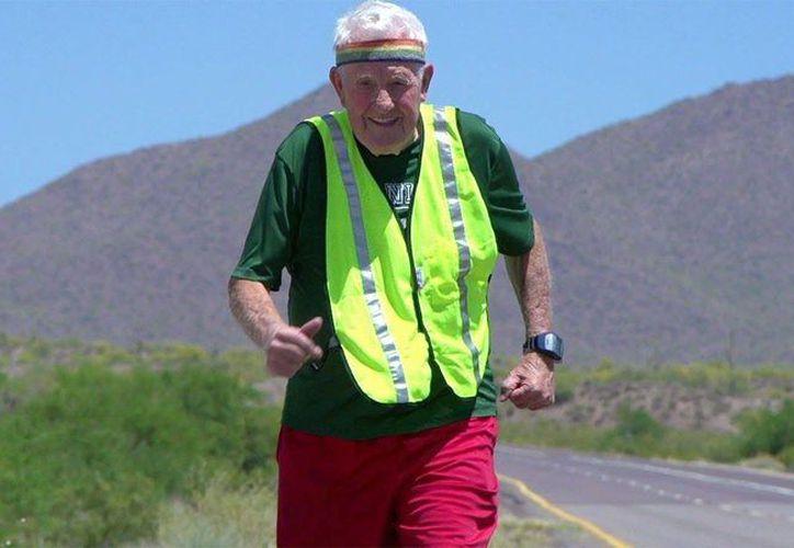Al veterano de la Segunda Guerra Mundial, Ernie Andrus, le costó tres años cruzar el país de costa a costa. (AP)
