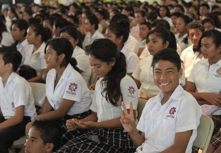 """Los jóvenes reciben la orientación del programa """"Hazme el paro"""" para prevenir problemáticas sociales. (Harold Alcocer/SIPSE)"""
