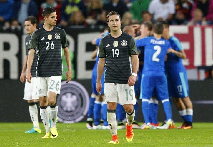 Los alemanes cayeron en casa 3-1 ante Eslovaquia. Ambos equipos estarán en la Eurocopa Francia 2016. (AP)