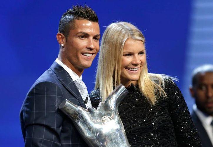 Cristiano y Ada Hederberg, mejores jugadores de Europa. En el marco del sorteo de la Champions League, los jugadores recibieron el reconocimiento. (AP)