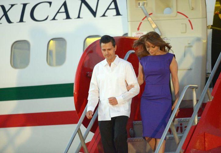 El presidente mexicano, Enrique Peña Nieto, acompañado de su esposa Angélica Rivera, a su llegada a Cartagena de Indias, Colombia. (Notimex)