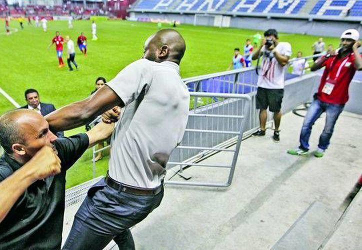 Paulo Wanchope (camisa gris) ex entrenador de Costa Rica se fue a los golpes con un miembro de seguridad. (images.prensa.com)