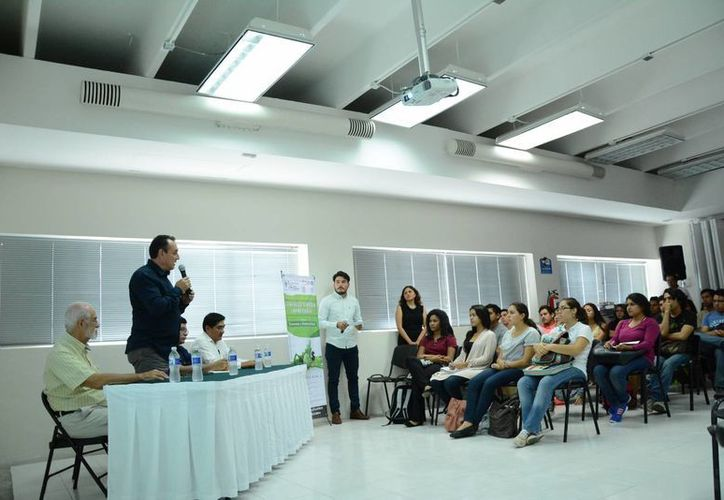 El investigador Carlos Juan Núñez participa en el congreso. (Victoria González/SIPSE)