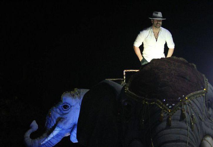 El actor Rafael Amaya apareció enmedio de la noche para engalanar el Desfile de Corzo del Carnaval de Mérida. (Cecilia Ricárdez/SIPSE)
