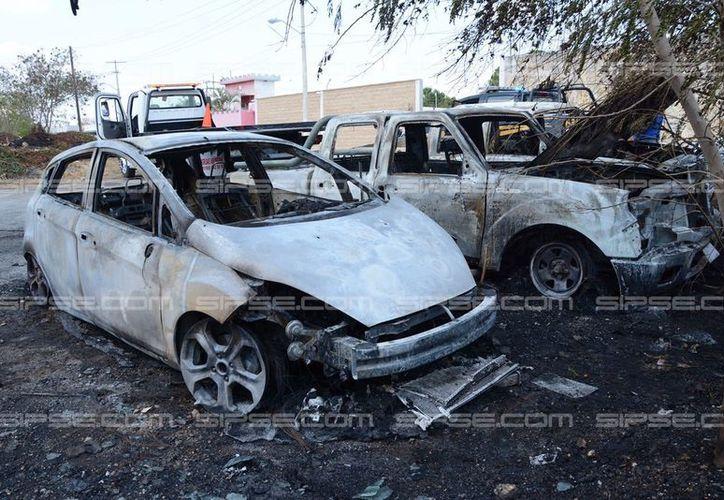 Un incendio consumió tres vehículos que se encontraban estacionados en un terreno, frente al aeropuerto de Mérida. (Celia Franco/SIPSE)