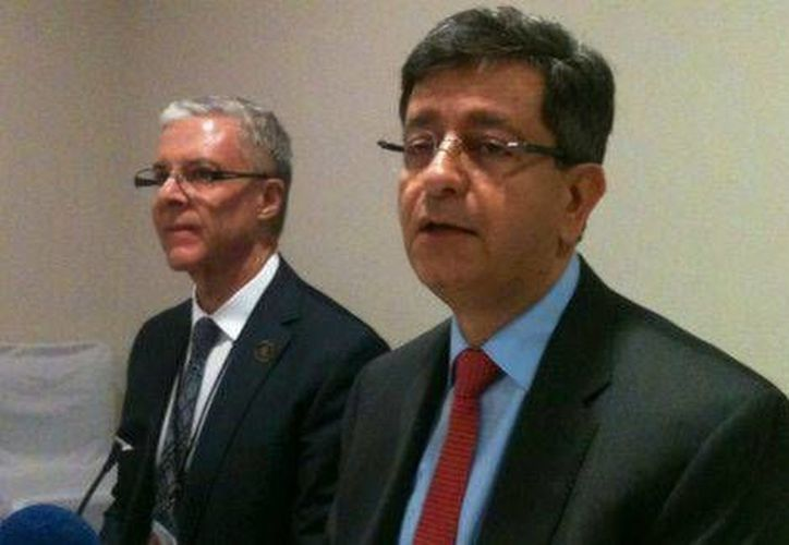 Pablo Kuri Morales (der), subsecretario de Prevención y Promoción de la SSA, inauguró en Guadalajara un foro sobre el virus chikungunya.  (Milenio).