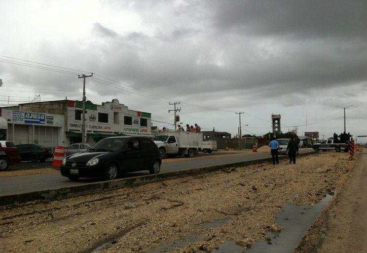 El trabajo de remodelación ha dejado sin alumbrado público gran parte de la avenida. (Israel Leal/SIPSE)