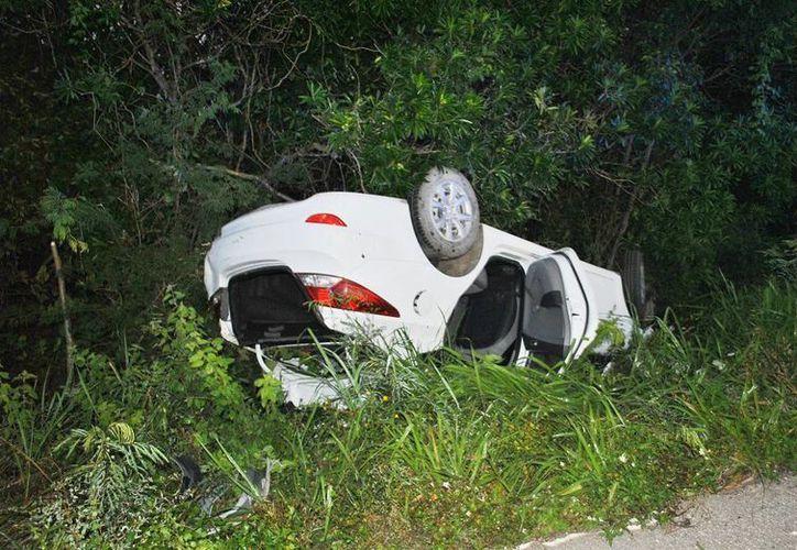Automóvil terminó volcando en  la carretera Valladolid-Tizimín, los pasajeros resultaron ilesos. (Milenio Novedades)