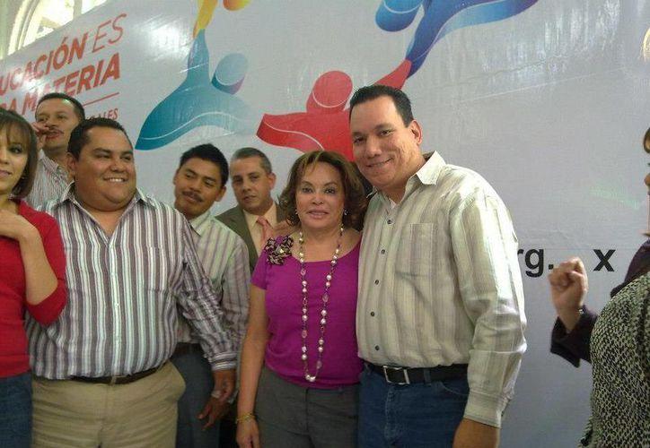 Elba Esther Gordillo posa para la foto con docentes. (Archivo)