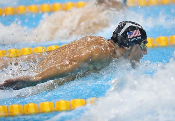 El estadounidense Michael Phelps compite una de las competencias de natación de los Juegos Olímpicos Río 2016, en el Estadio Olímpico Acuático del Parque Olímpico. (EFE)