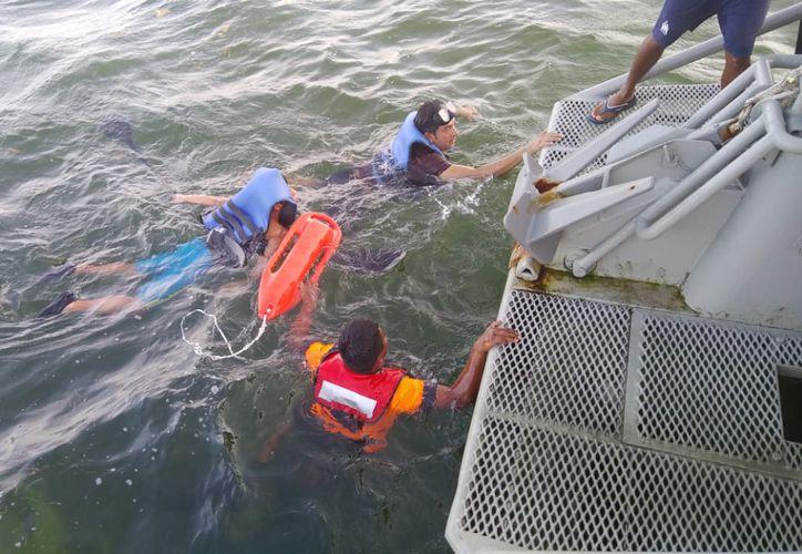 Dos personas fueron rescatadas por personal de la Semar, cuando se encontraban a la deriva en un kayak, en Mahahual. (Cortesía)