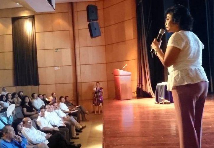 La escritora Rosy Alcocer Vázquez durante la conferencia basada en su libro 'El Arte de Ser Feliz'. (SIPSE)