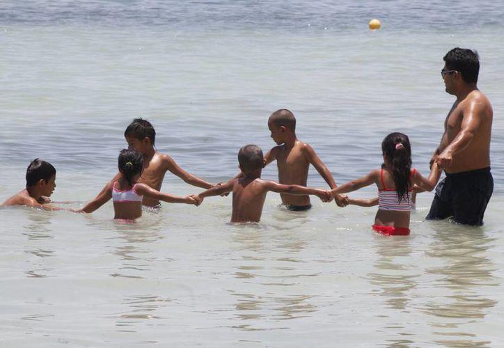 Adultos y niños se divirtieron en el mar. (Tomás Álvarez/SIPSE)