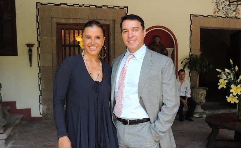 La productora Elisa Salinas y Alberto Santini, director de telenovelas y de Azteca 13. (Foto: tvmasmagazine.com)
