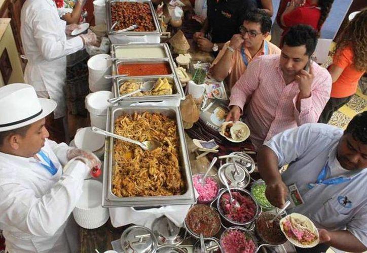 El stand de Yucatán en el Tianguis Turístico estuvo muy concurrido por los visitantes, entre otras cosas para saborear de sus platillos regionales. (Milenio Novedades)
