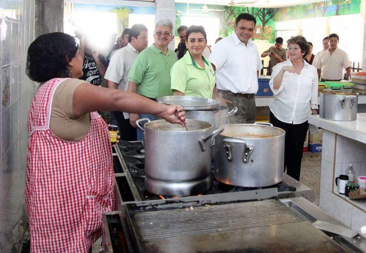 En visita al Caimede, el gobernador entregó 250 paquetes de utensilios de higiene y limpieza, y 70 balones. (SIPSE)