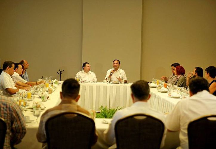 Nerio Torres Arcila, candidato del PRI a la alcaldía, en reunión con empresarios del Cetur. (SIPSE)