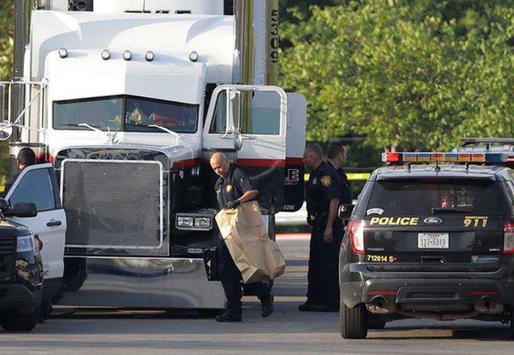 Al menos ocho personas fueron encontradas muertas, entre ellas dos menores, y otras 28 heridas dentro de un tráiler. (AP).