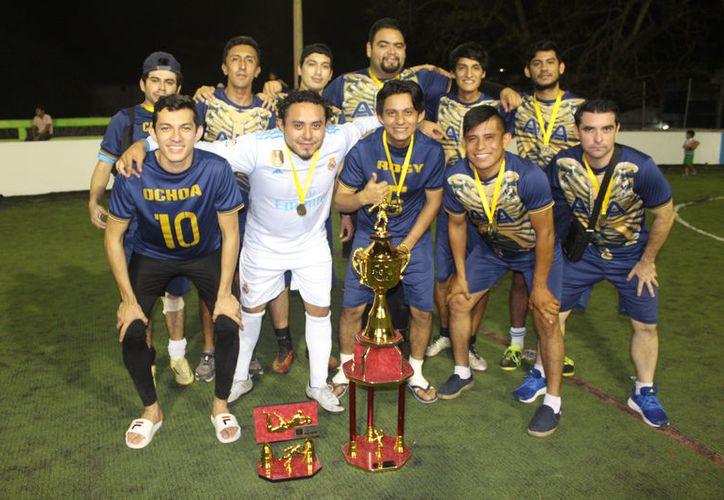 Los Tlacuaches recibieron sus medallas y trofeo de nuevos campeones. (Miguel Maldonado/SIPSE)