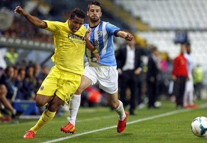'Gio' (i) tuvo un accionar irregular y no pudo ayudar a Villarreal a ganar como local ante el desesperado Málaga. (EFE)