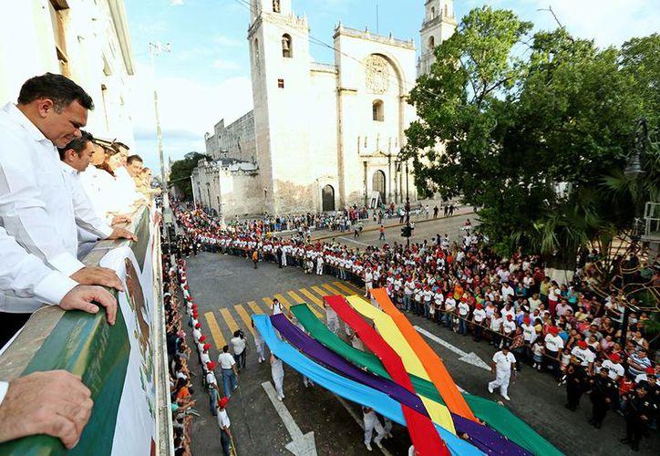 El Gobernador Rolando Zapata atestigua el desfile que duró unas cuatro horas. (Cortesía)