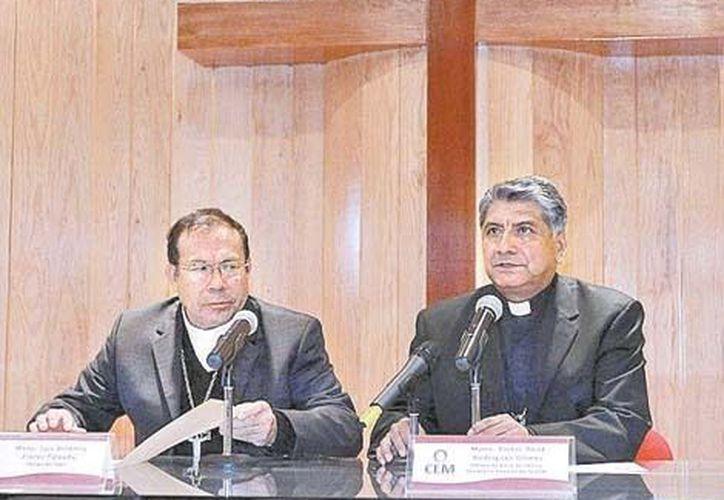 Los obispos Luis Artemio Flores y Víctor Rodríguez durante su charla con los medios de comunicación. (Milenio)
