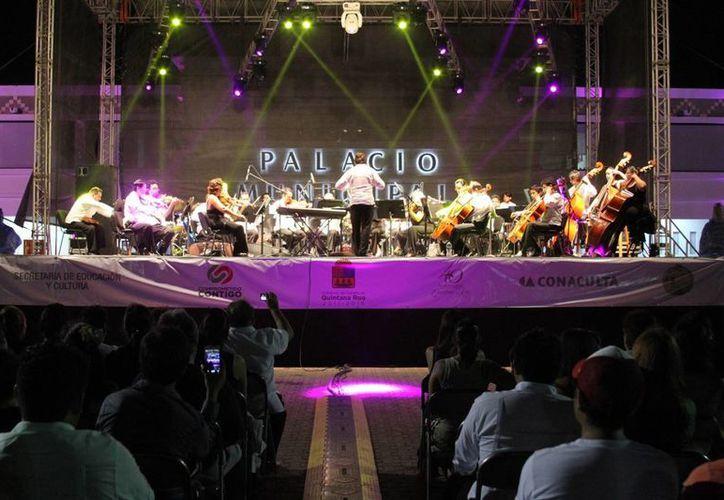 Por un período de alrededor de una hora y 45 minutos, y bajo la dirección de Ricardo Corona Grajales, la orquesta estatal interpretó 12 piezas que cautivaron a los aproximadamente mil 500 asistentes. (María Mauricio/SIPSE)