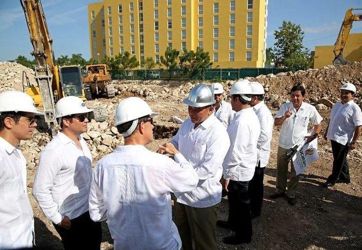 El Gobernador (c) dio el banderazo de inicio de la construcción del complejo Península Montejo Lifestyle Center, al norte de Mérida. (Cortesía)
