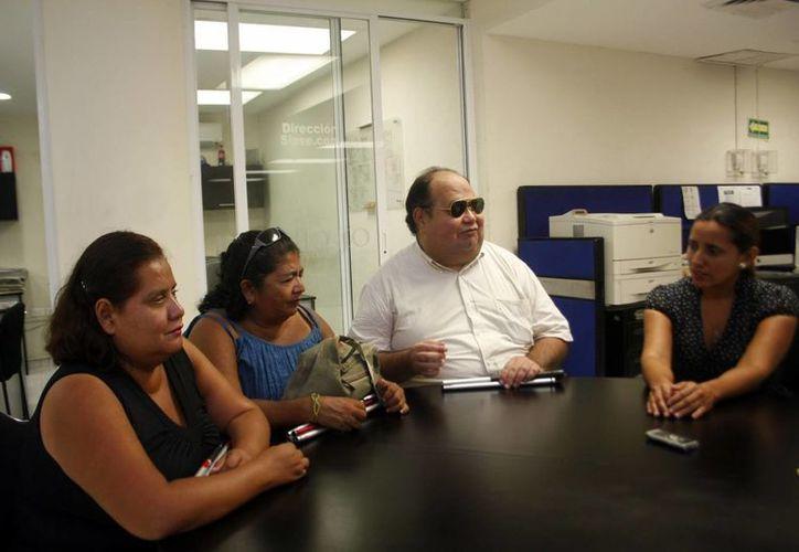 Integrantes del Centro para la Inclusión y Atención de Personas con Discapacidad Visual de Yucatán en su visita a las oficinas de Milenio Novedades)