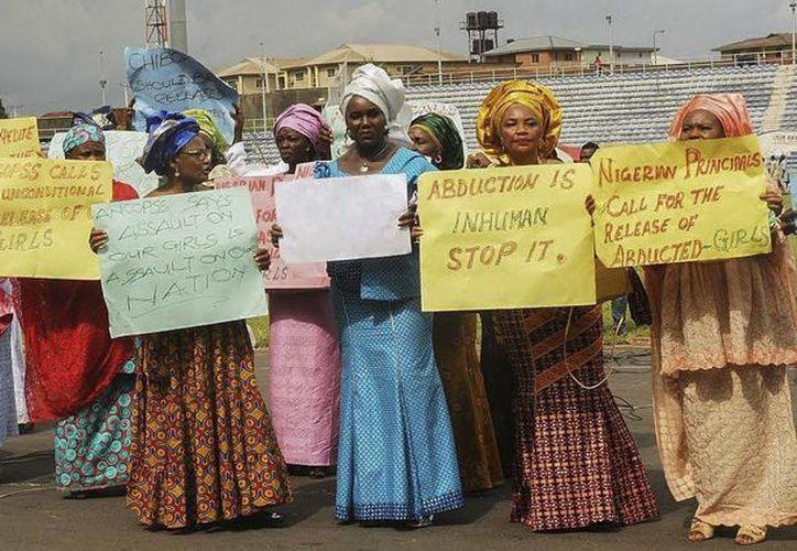 Mujeres miembros de la Confederación de Directores de Instituto de Toda Nigeria (ANCOPSS) manifestándose por el secuestro de 200 niñas. (EFE)
