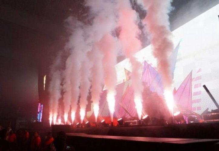 Una fiesta multicolor y saturada de éxitos musicales fue la que ofreció el Dj sueco. (MILENIO)