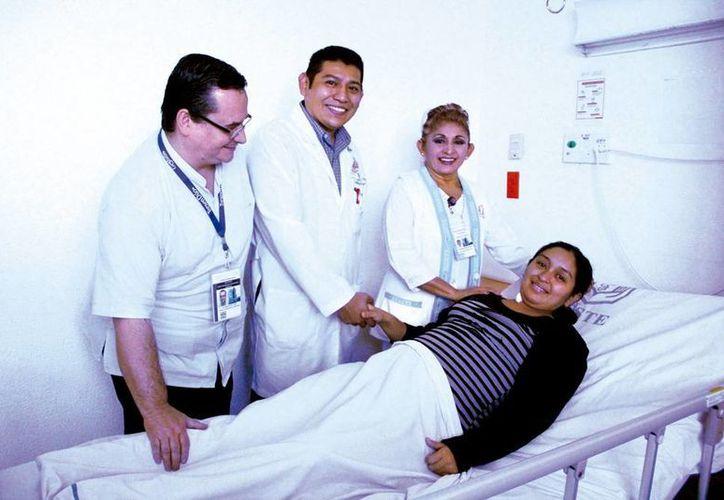 Imagen del equipo médico y la paciente Glendy Garma Carrillo, tras la delicada intervención. (Milenio Novedades)