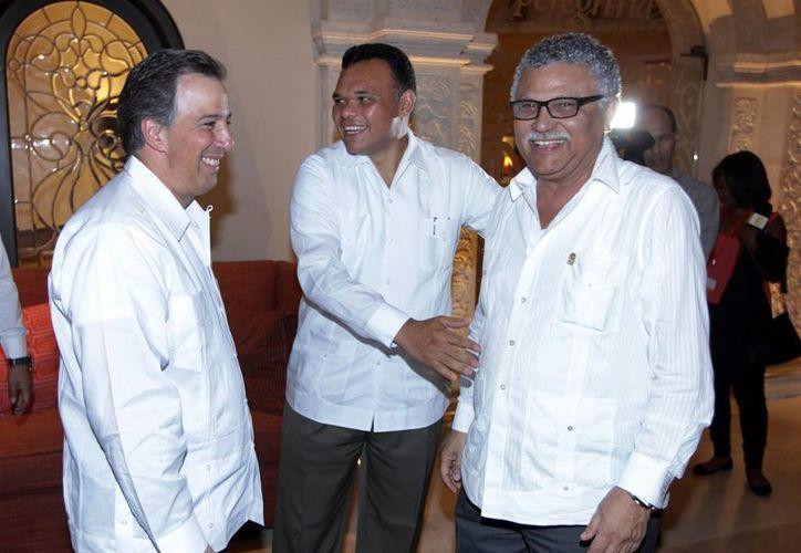Antonio Muñero, embajador de Colombia, reconoció el esfuerzo de México en favor de las zonas arqueológicas. Aquí aparece con el titular de la SRE, Antonio Meade, y el gobernador Rolando Zapata Bello. (Notimex)