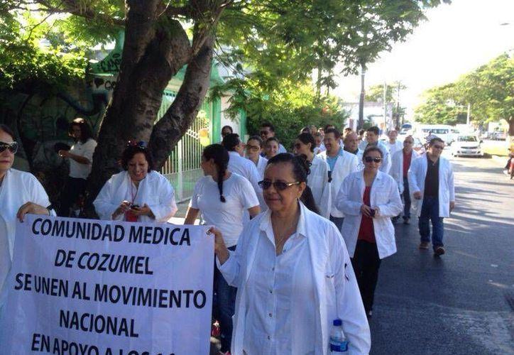 Los médicos y enfermeras, marcharon en apoyo a la situación que enfrentan los galenos en Jalisco. (Irving Canul/SIPSE)