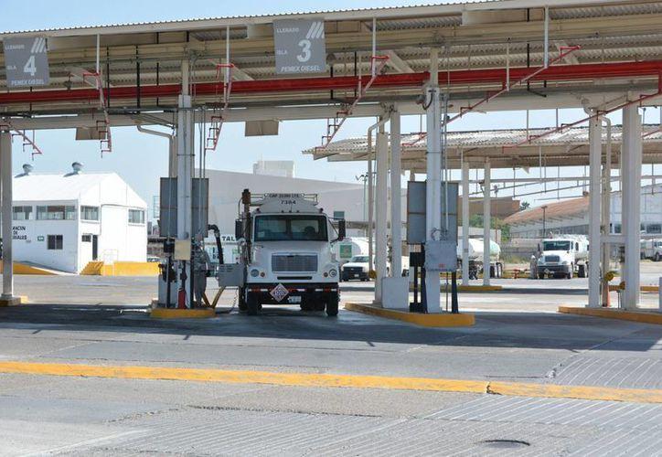 Durante el Mexico Energy Forum 2017 se habló sobre la responsabilidad que tendrá Pemex en el caso de que privados sean víctimas de robo de combustible. Imagen de la Terminal de Almacenamiento y Despacho Reynosa de Pemex. (Archivo/Notimex)