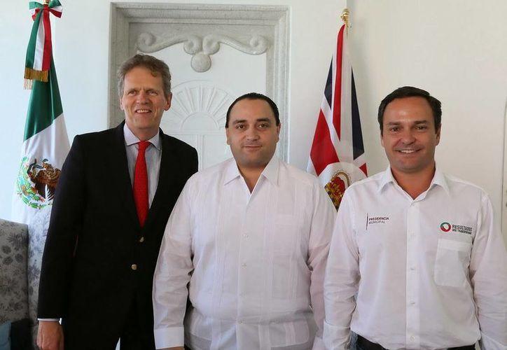 El diplomático se reunió con el alcalde Paul Carrillo de Cáceres. (Contexto/Internet)