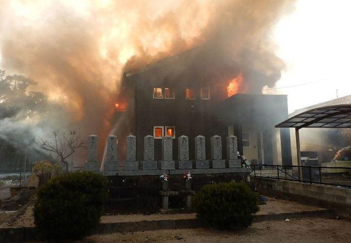 El helicóptero militar se estrelló sobre una casa de dos pisos en la ciudad de Kanzaki. (Foto: El Debate)