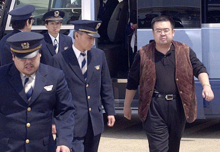 Kim Jong Nam, el hijo mayor del entonces líder nortecoreano Kim Jong Il, al momento de salir de una camioneta de la policía para abordar un avión a Pekín en el aeropuerto internacional de Narita en Tokio, en el 2001. El hermanastro del líder norcoreano Kim Jong Un fue asesinado ayer en el aeropuerto de Kuala Lumpur, Malasia. (Kyodo News via AP)