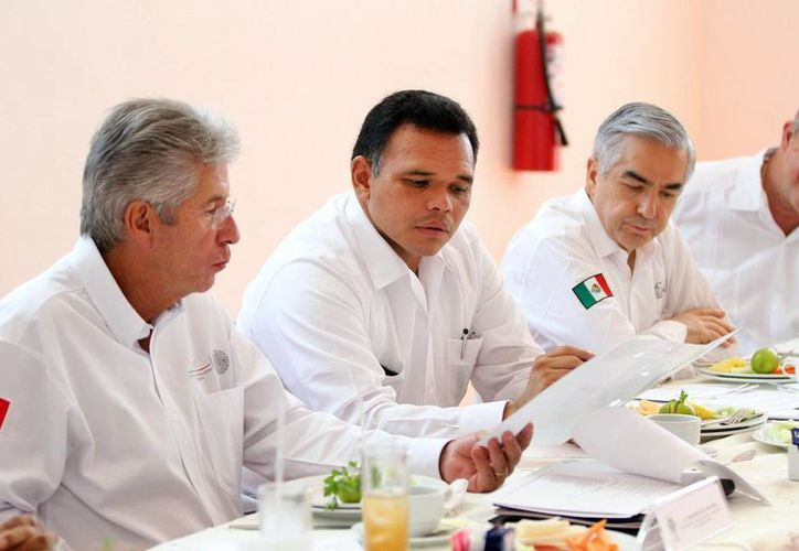 El titular de la SCT y el gobernador Rolando Zapata compartieron puntos de vista. (Christian Ayala/SIPSE)
