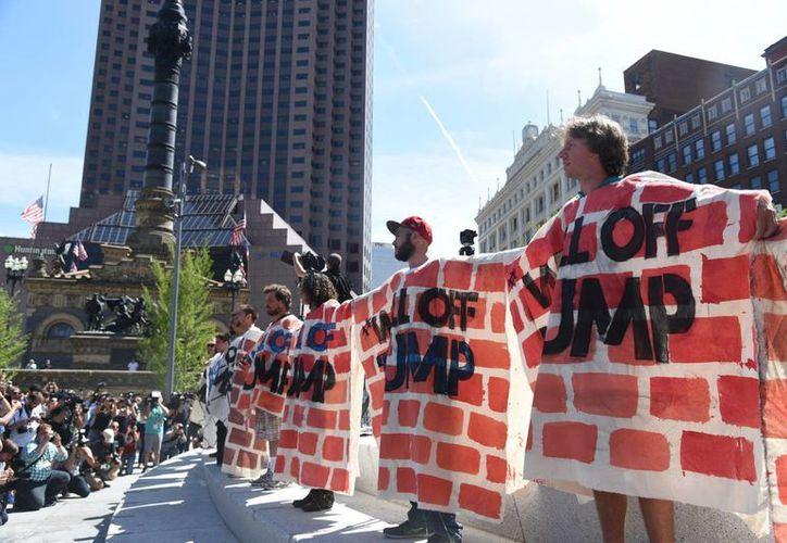 """Decenas de inmigrantes y activistas vestidos con zarapes de manta estilo mexicano, se tomaron de la mano para construir un """"muro humano del amor"""". (Notimex)"""