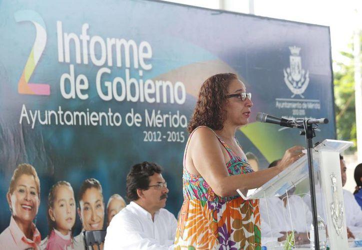 María Páramo Herrera, directora del Instituto de la Mujer, presenta un reporte de actividades previo al Segundo Informe del alcalde meridano, Renán Barrera Concha. (SIPSE)