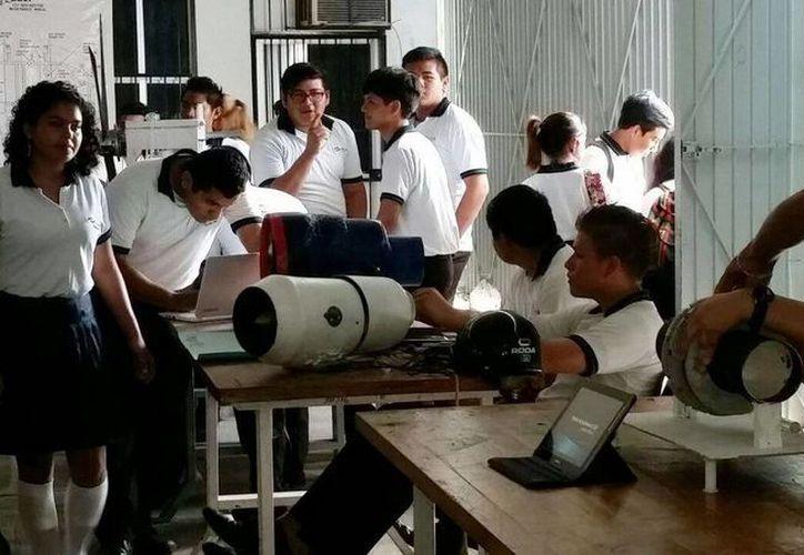 Jóvenes del Conalep Plantel Cancún III, expusieron sus trabajos finales. (Redacción/SIPSE)