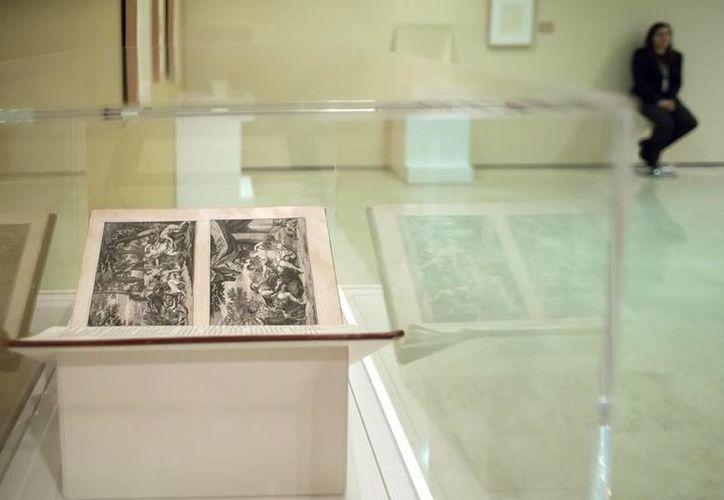 La muestra, que permanecerá instalada hasta el próximo 4 de octubre, se nutre del ejemplar de este libro que constituye una de las grandes joyas de los fondos de la Fundación Picasso y de volúmenes editados a partir de 1526 pertenecientes a la Biblioteca Nacional de España. (EFE)