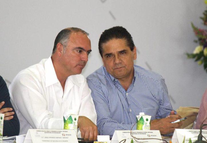 Ya hay procesos armados y listos contra maestros de Michoacán, reveló el gobernador Silvano Aureoles (de azul). (Foto de archivo de Notimex)