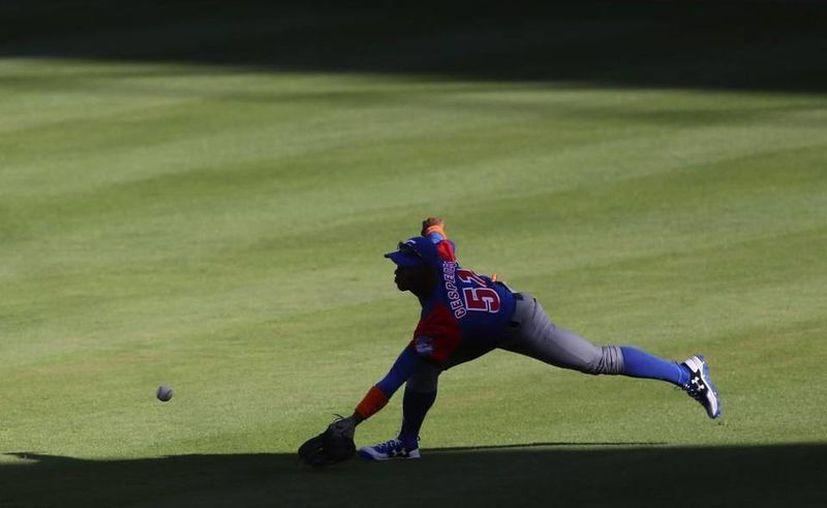 Con su victoria ante Puerto Rico, Cuba se convirtió en la segunda selección en asegurar su pase a semifinales de la Serie del Caribe, después de México. En la foto, el cubano Yoelkis Céspedes. (AP)