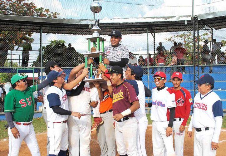 Imagen de los jugadores de Titanes mientras festejan con su trofeo como campeón de la Liga de Beisbol Dolores Otero. (Milenio Novedades)